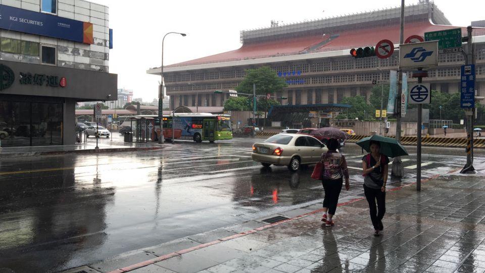 全台11縣市大雨特報 慎防強降雨和雷擊