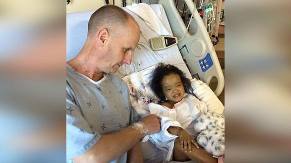 雙胞胎需肝臟移植活命!父親忍痛2選1 直到他出現改變命運