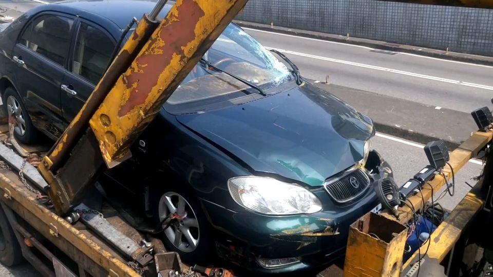 過港隧道貨櫃車超高釀禍 十米長限高架砸車4傷