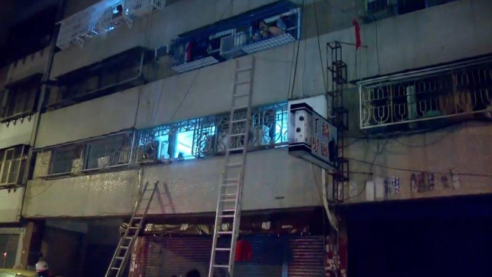 縱火? 高雄凌晨公寓大火 17人輕重傷