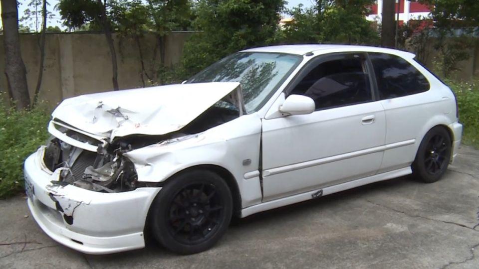 高速逆向超車撞翻貨車 肇事駕駛棄車逃逸
