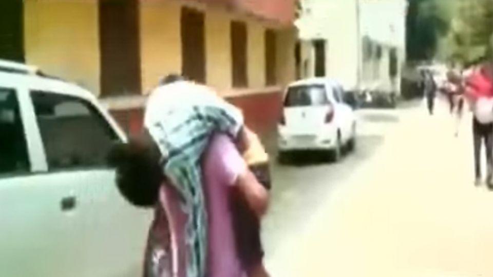 【影片】人球悲歌!求醫連2度被拒 12歲男童魂斷父親肩