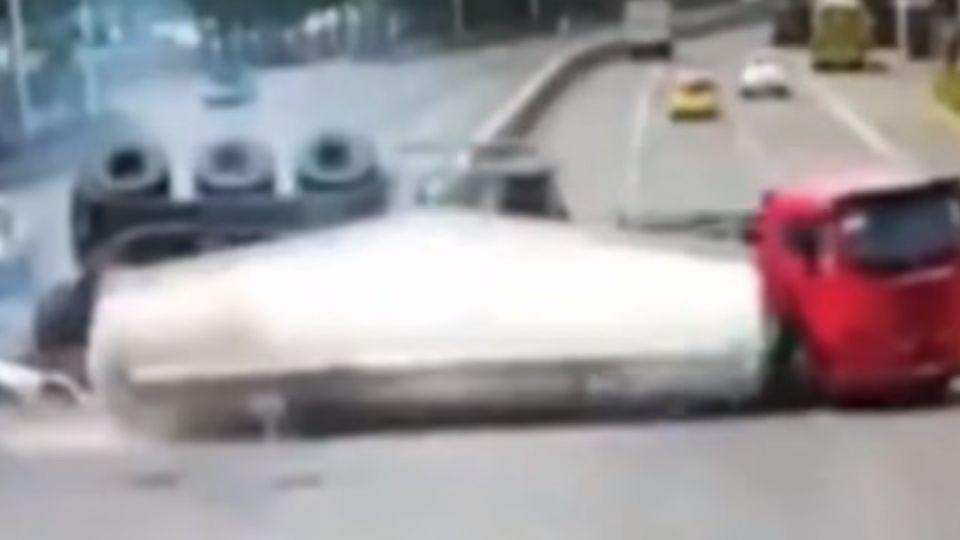 油罐車失速側翻 一旁汽車被壓碎釀3死