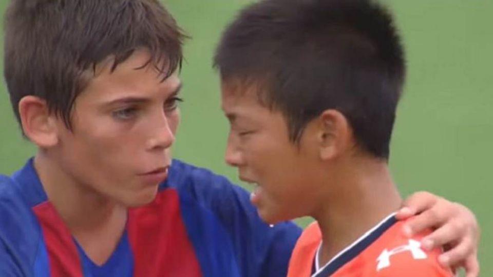 【影片】觀眾全鼓掌!日小將輸球痛哭 對手送上愛的抱抱