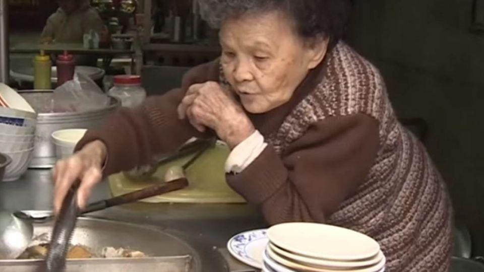 米粉湯奶奶90歲駝背養家!一勺一勺賺「活命錢」竟遭竊一空