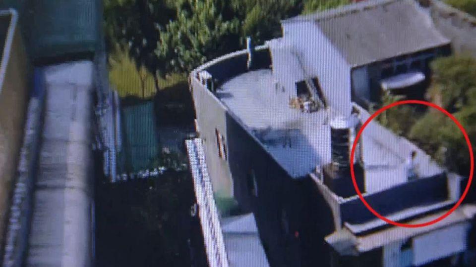 「天降奇兵」!毒販擁槍拒捕 警攀屋頂圍捕