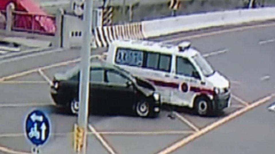 轎車撞救護車2傷 疑橋梁擋視線半年3起車禍