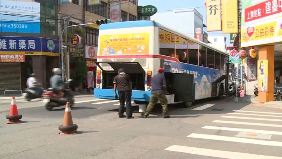 客運巴士故障! 司機站路邊突倒地 急救不治