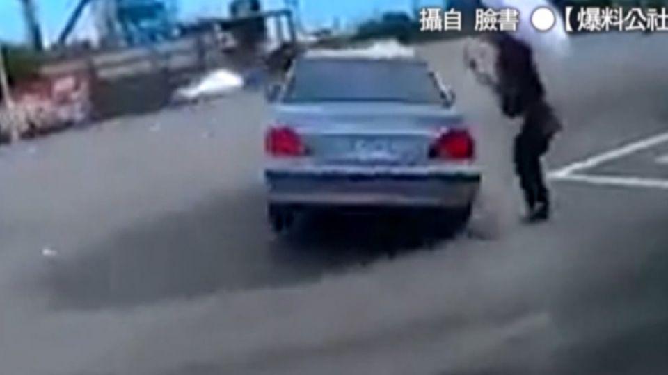轎車闖紅燈撞左轉車 無辜路人被掃飛