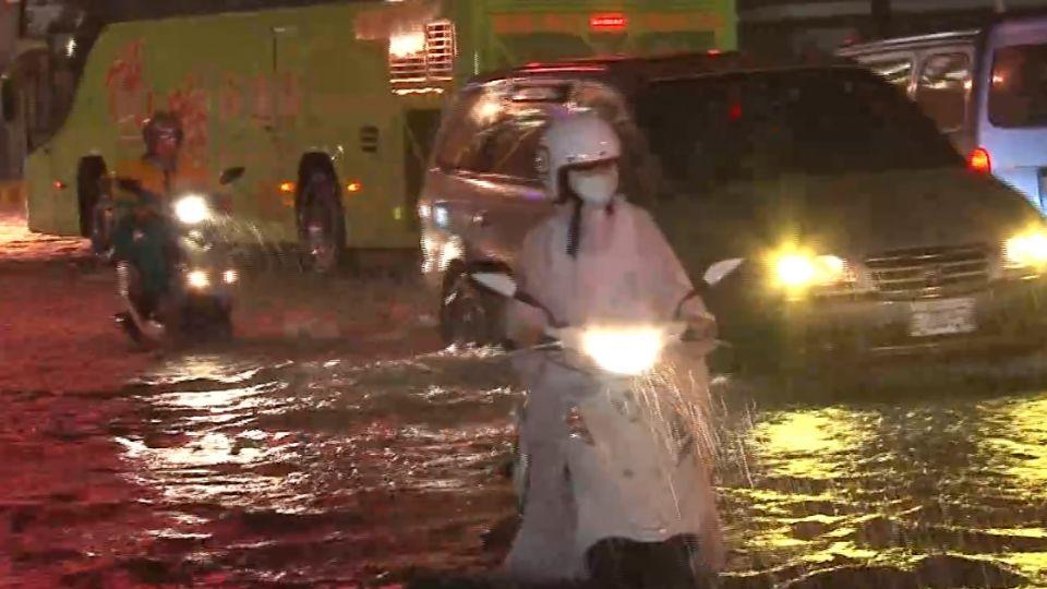 低壓帶挾豪雨! 高雄晚間多處傳淹水 交通大打結