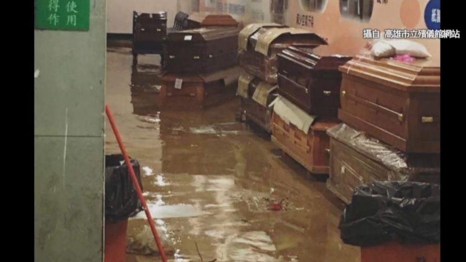 暴雨夾土石沖進殯儀館 嚇人!棺材水上漂