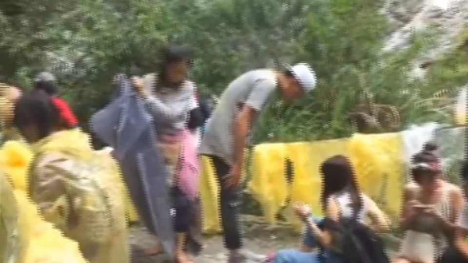 誇張!太魯閣水簾洞 淪為遊客廢棄雨衣場