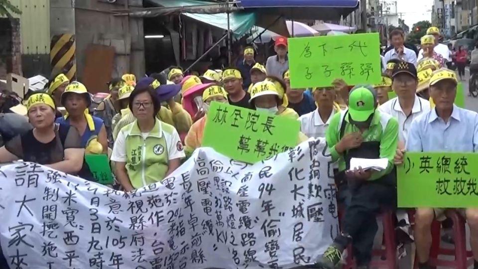 台電施作高壓電纜 居民持標語下跪抗議