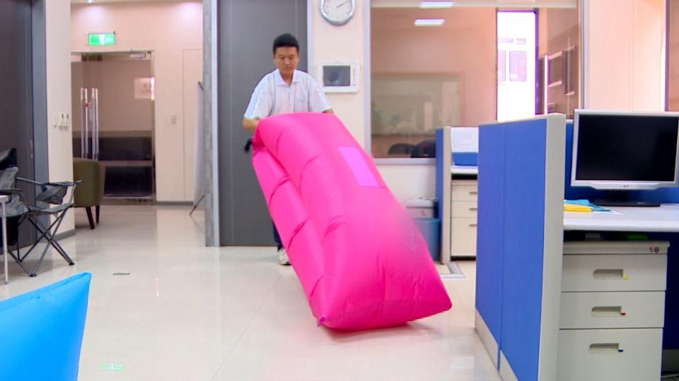 禮物變「垃圾袋」  網購「空氣沙發」躺一次就破