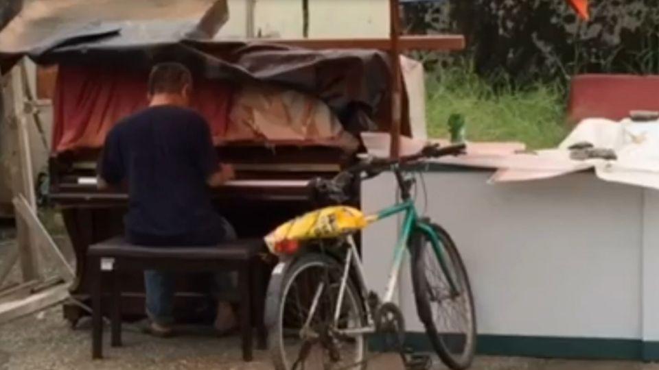 馬路旁秀才藝! 撿回收「鋼琴伯」彈一手好琴