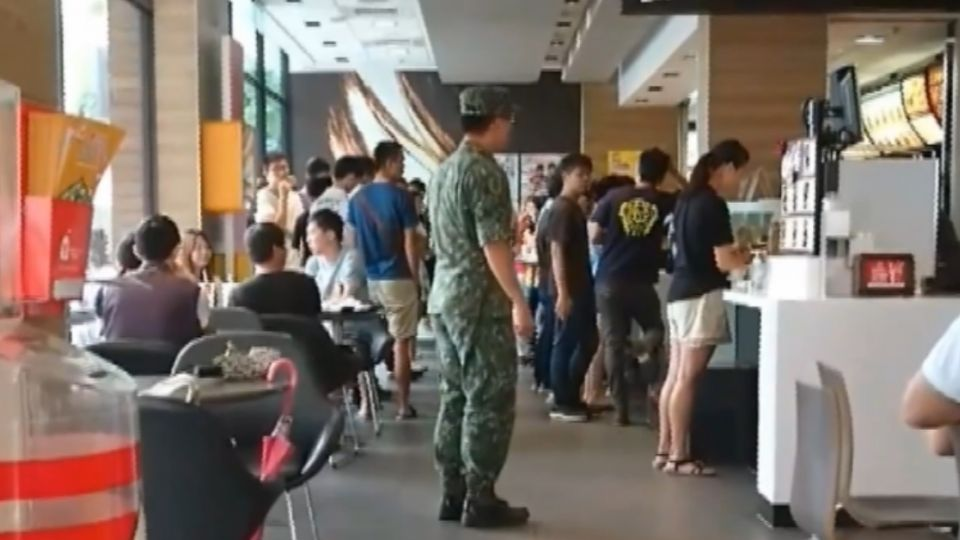 軍人節速食店告白 「以身為國軍為榮」