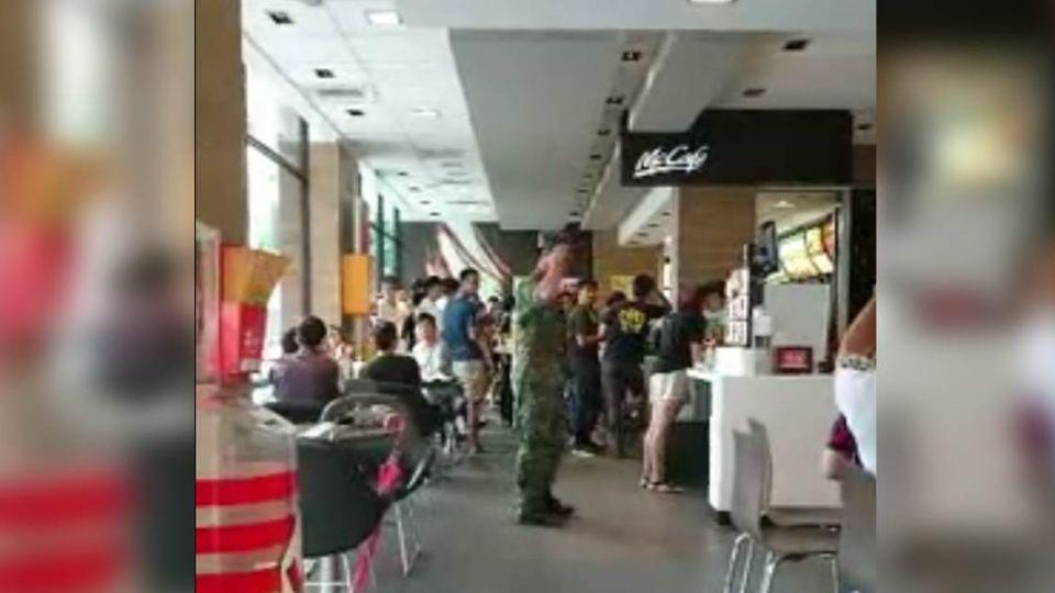 【影片】「我會用槍保護全國人民」國軍麥當勞真情告白 民眾拍手叫好