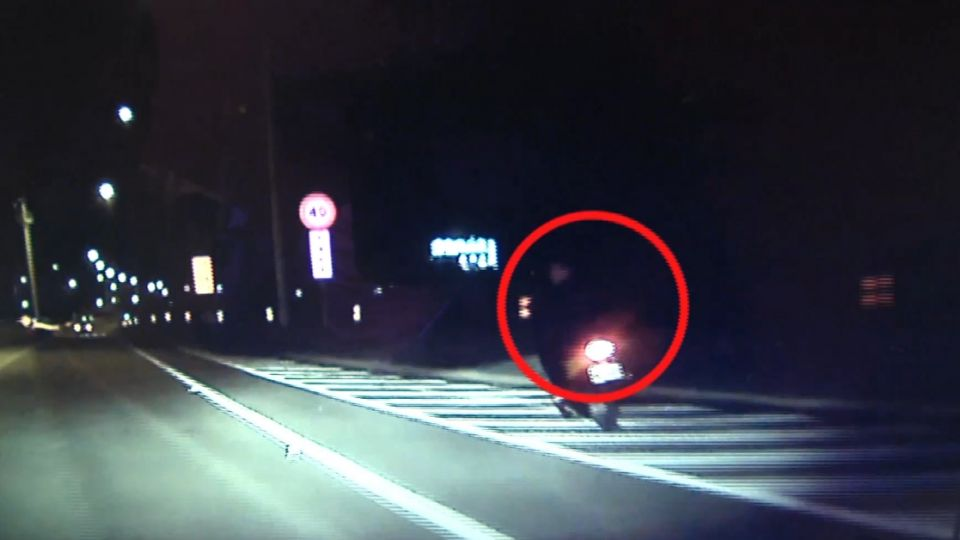 吸毒神智不清? 男騎機車闖雪隧 企圖撞警車