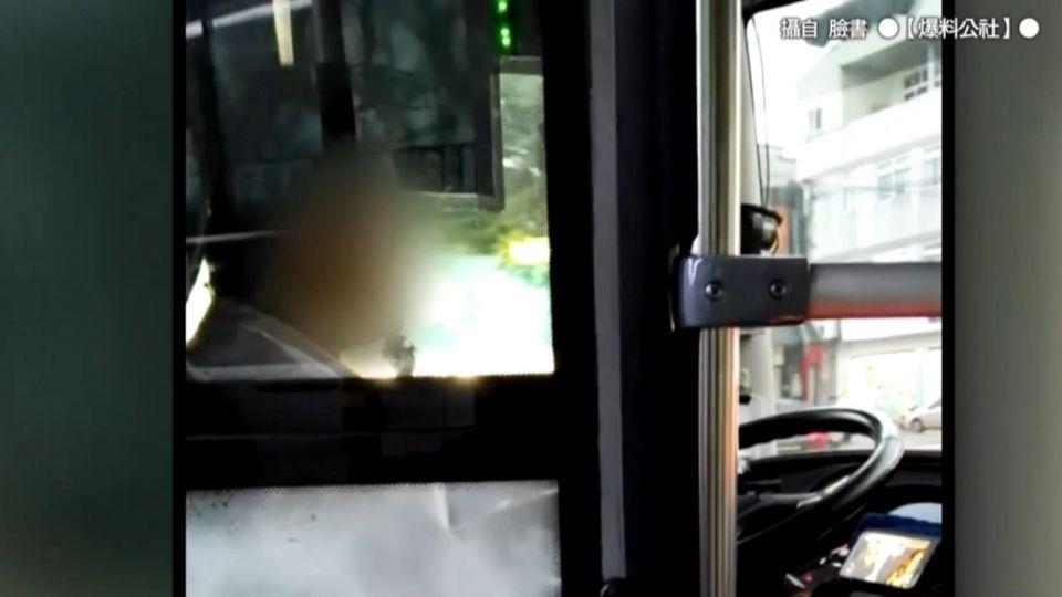 是要嚇死誰...司機開公車「手機一邊看戲劇」