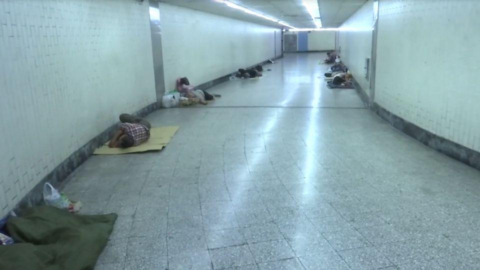 躺地當床睡! 直擊台中車站地下道 街友群聚