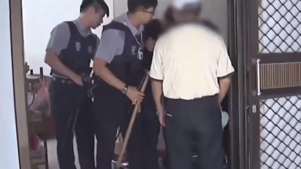 跟母要錢不成 男子持刀與警對峙