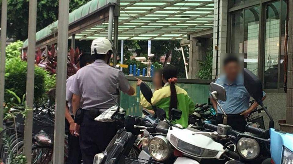 三寶騎車狂飆闖紅燈被抓 霸王媽嗆警「死了賠得起?」