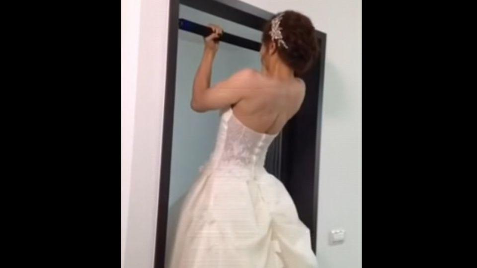 最狂新娘!婚紗女反手吊單槓 網友:太強