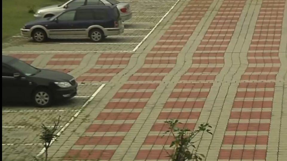地磚位移「直線變歪斜」 騎車經過像跳曼波