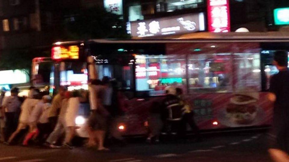 騎士卡車底路人合力「抬公車」網友:台灣人好溫暖
