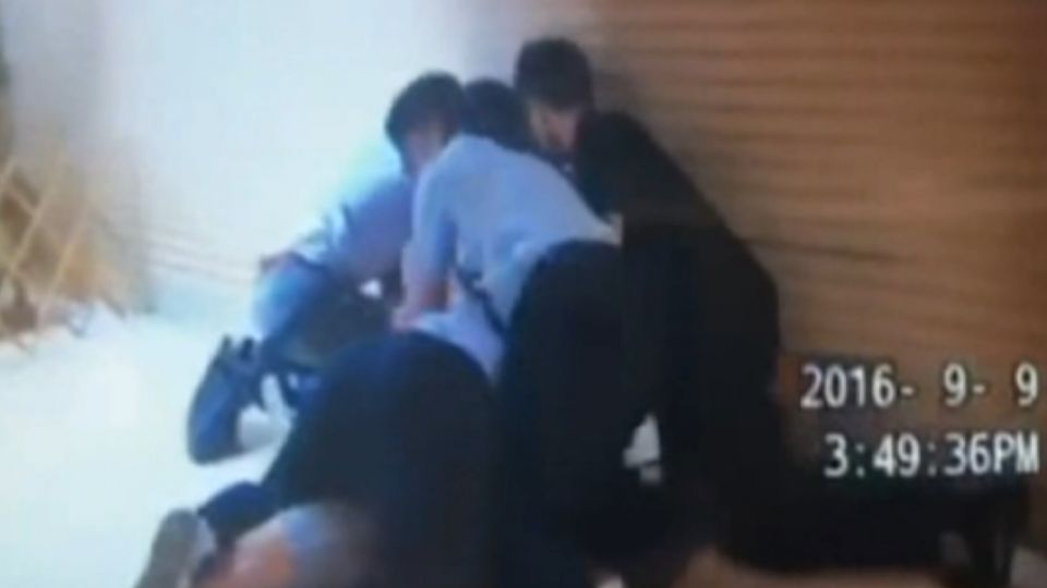 通緝遭圍捕持蝴蝶刀對峙 劃傷兩警還自殘
