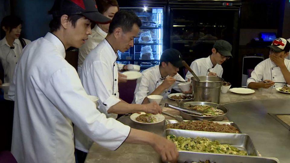 員工餐吃啥? 大廚巧手變化既有食材