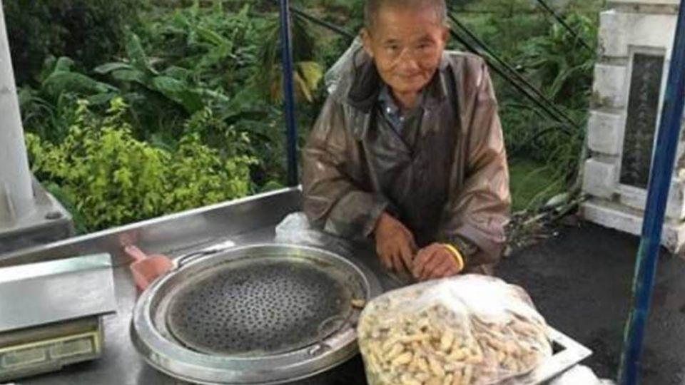 不畏風雨賣花生 !81歲爺為照顧病妻:再辛苦也不能倒下