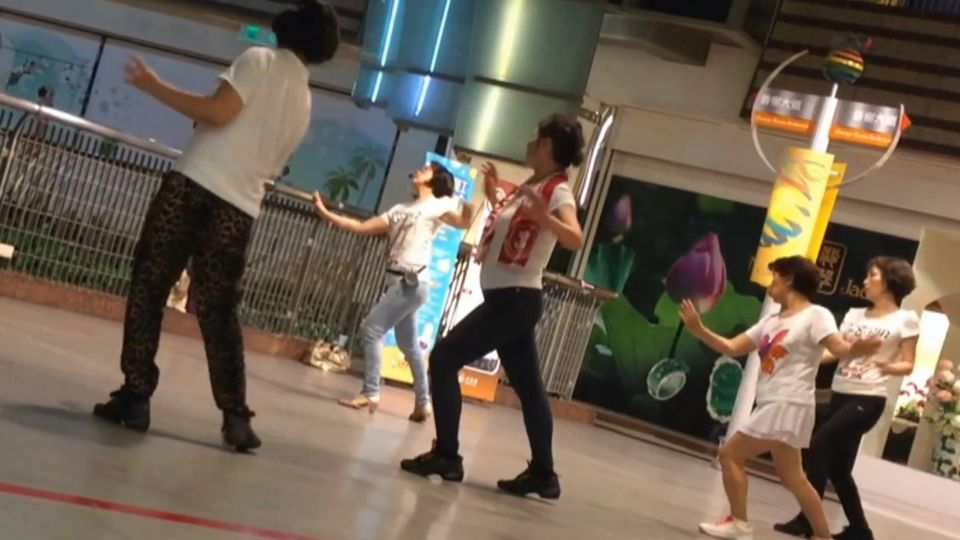婆媽廣場舞攻進京華城 逛街民眾傻眼