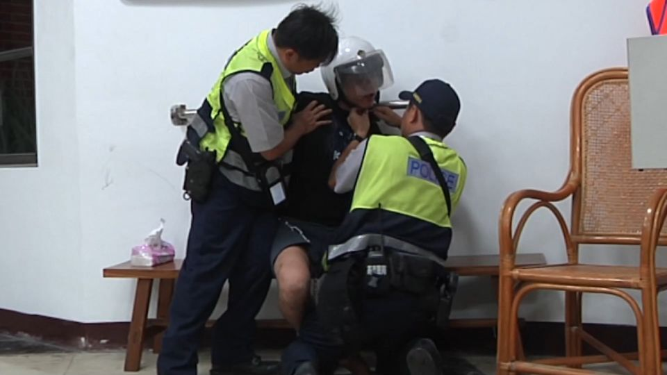 酒駕自撞情侶送醫 醉男干擾救護還毆警
