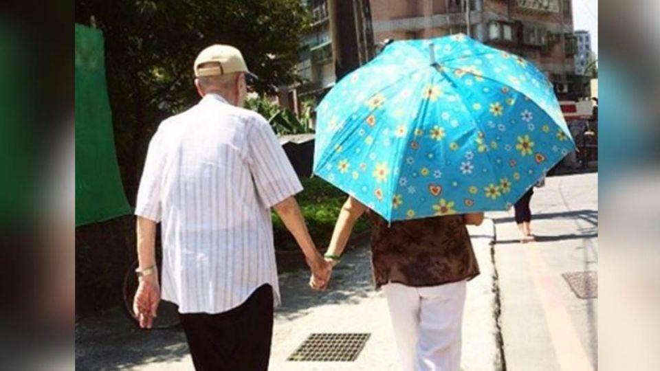 太感動!95歲失智爺爺的「半小時浪漫」艷陽下和奶奶牽手回家