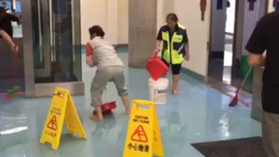 颱風未來先出包!桃機廁所「爆管」 水漫候機室