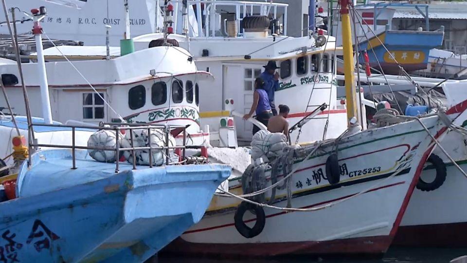 強颱逼近! 漁船擠爆臺東港口 市區店家忙防颱