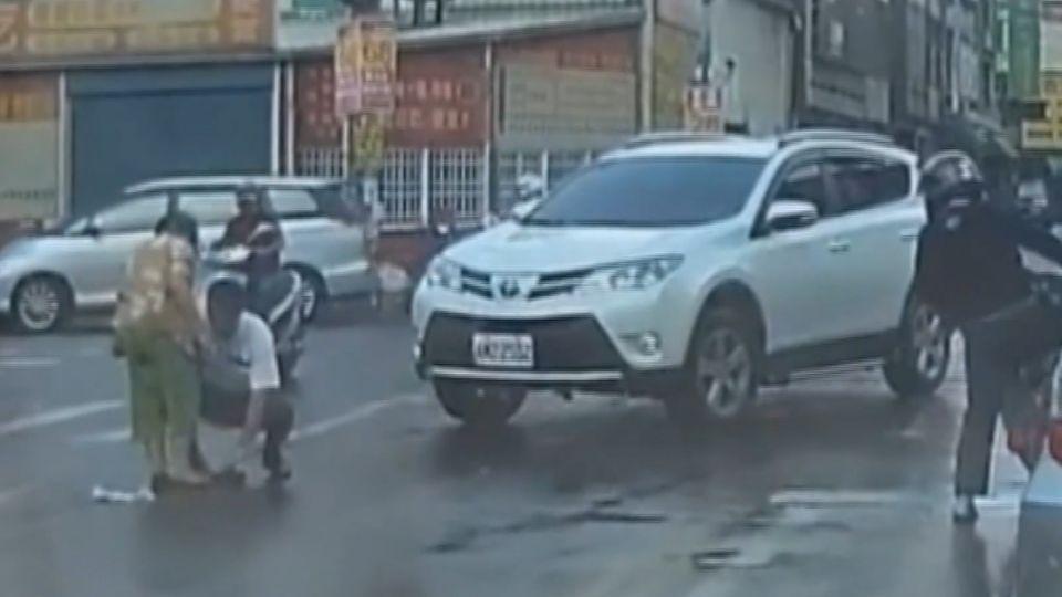 休旅車左轉撞 老婦騰空重摔 民眾諷:A柱惹禍