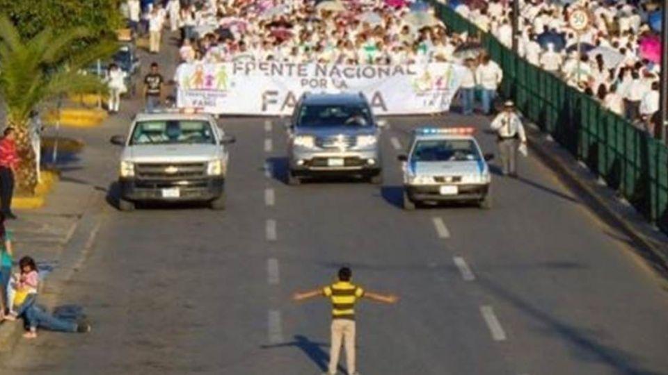 無懼!12歲男孩一擋萬「反同婚遊行」 如同天安門坦克人