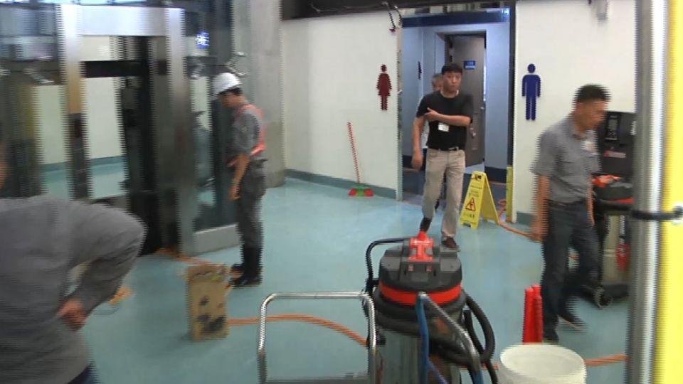 強颱還沒來...桃機女廁水管「自爆」 候機室積水