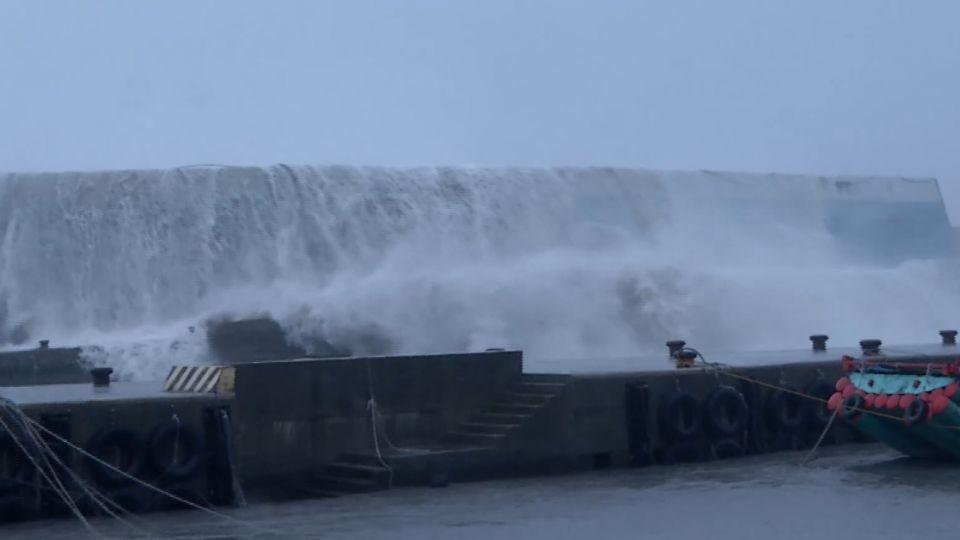 強颱掀10公尺巨浪! 富岡漁港燈塔「斷裂墜海」
