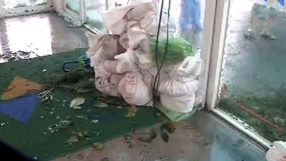 不敵強風!飯店門毀、停水斷電 遊客沒得吃