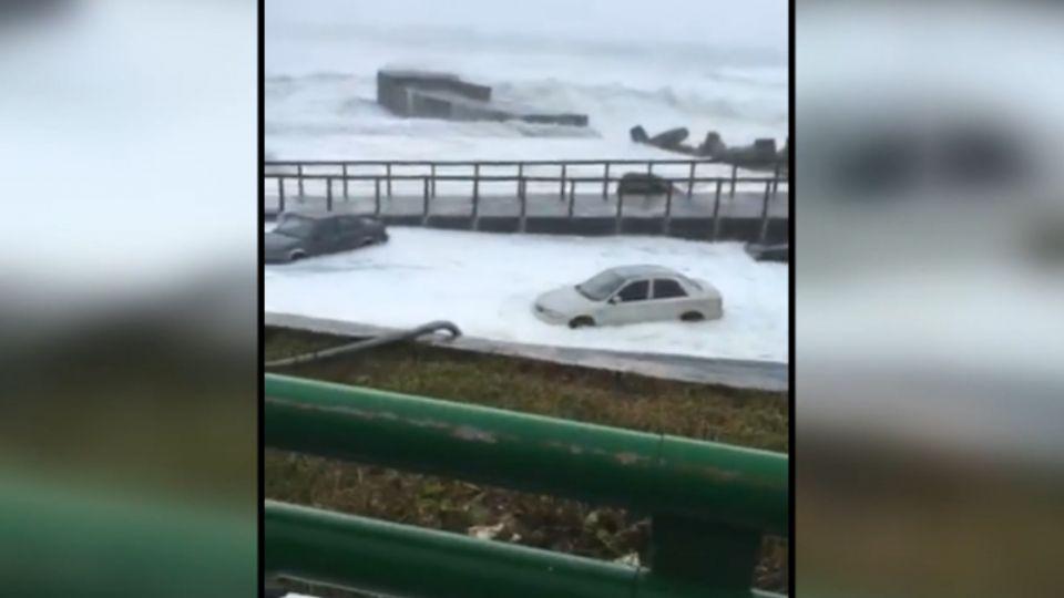 17級強陣風發威! 汽車捲入海 蘭嶼居民驚