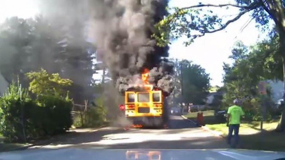 【影片】「保護孩子是我的天職」!大火吞沒校車 司機媽媽救20童