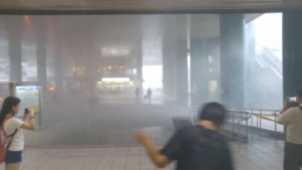 颱風襲台! 捷運新店站狂風暴雨超嚇人