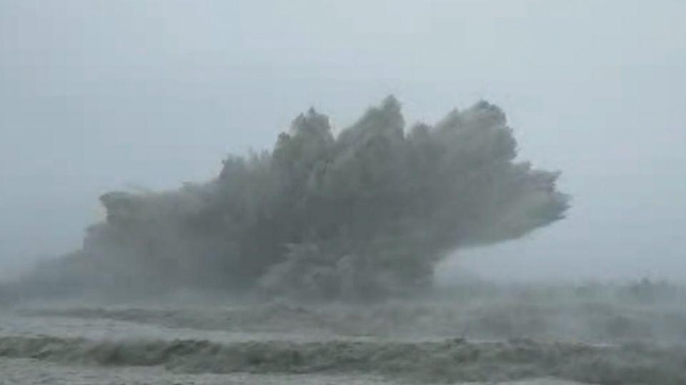 10米巨浪如「炸彈開花」 富岡漁港燈塔應聲斷
