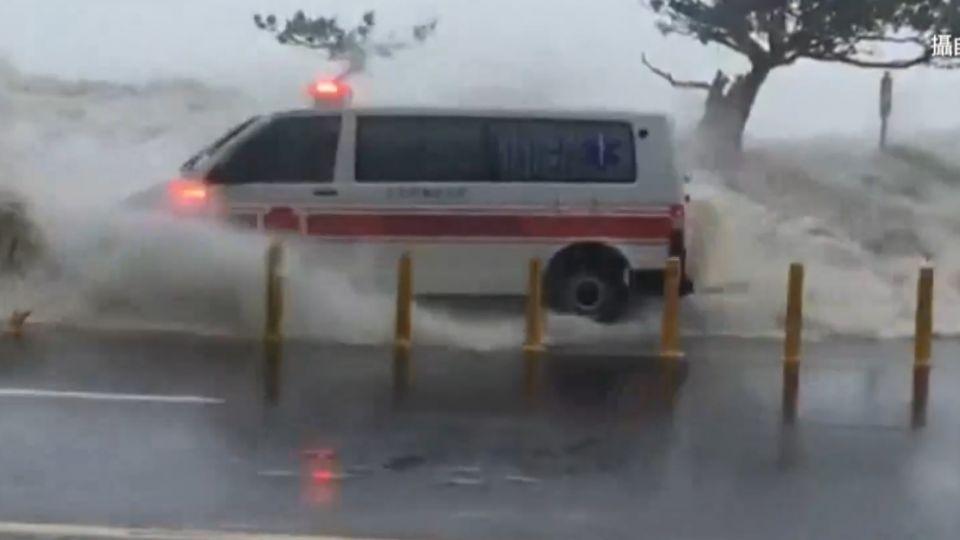 莫蘭蒂挾中秋大潮 五公尺巨浪擊中救護車