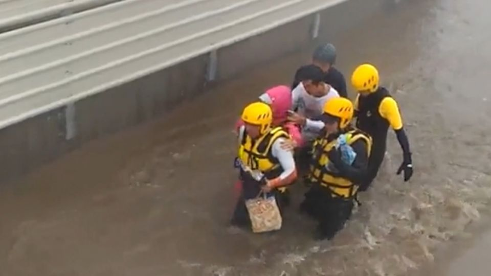 枋寮淹水2人受困 「人力橡皮艇」徒步接力救