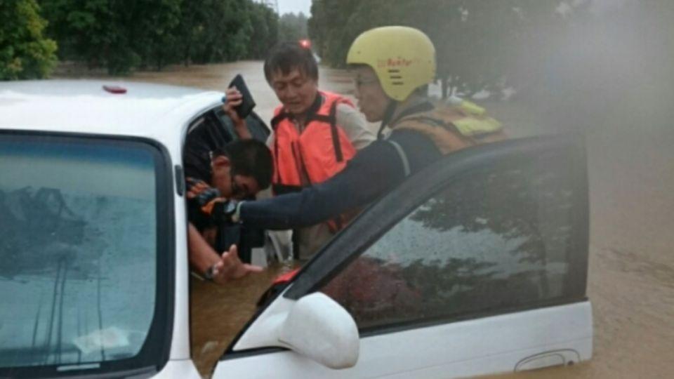 豪雨! 轎車遭淹拋錨!2人受困車內傻眼