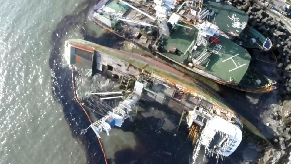 瀰漫柴油味! 4艘漁船卡消波塊 漏油污染西子灣